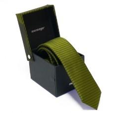Keskeny, sötétzöld színű nyakkendő dobozban