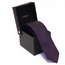 Keskeny, sötétlila nyakkendő dobozban