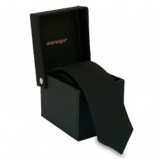 Keskeny, fekete nyakkendő dobozban